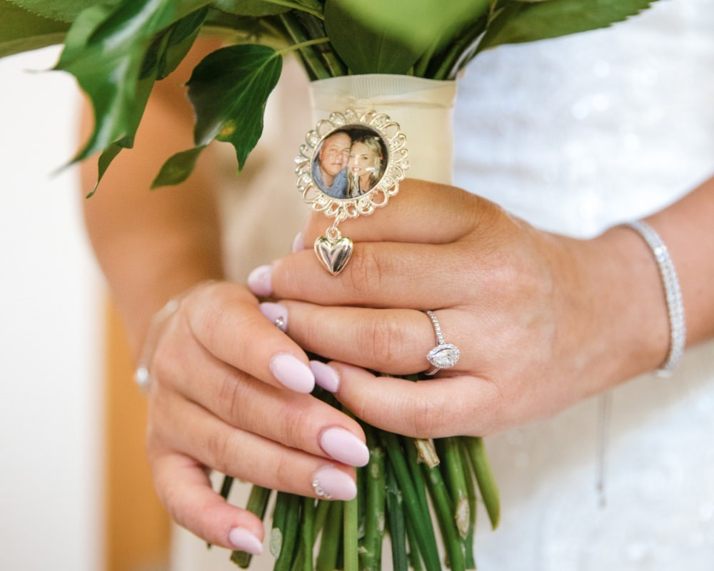 Bridal Bouquet with brooch of Dad